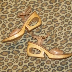 TWO LIPS tan sandals quirky heel hole leather sz 9